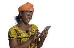 有片剂个人计算机的非洲妇女 免版税库存图片