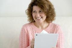 有片剂个人计算机计算机和信用卡的,金钱妇女在家 免版税库存图片