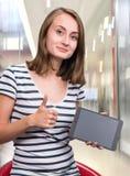 有片剂个人计算机计算机的女孩 免版税库存图片