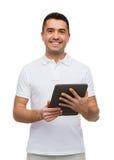 有片剂个人计算机计算机的微笑的人 免版税库存图片