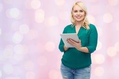有片剂个人计算机计算机的微笑的妇女 免版税图库摄影