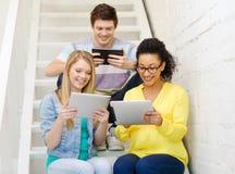 有片剂个人计算机计算机的微笑的学生 库存照片