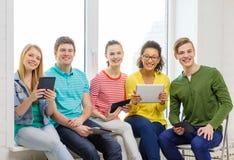 有片剂个人计算机计算机的微笑的学生 免版税库存图片