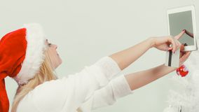 有片剂做网上购物的信用卡的女孩 免版税库存图片