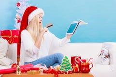 有片剂做网上购物的信用卡的女孩 库存图片