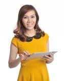 有片剂和微笑的-孤立亚裔俏丽的妇女 免版税库存照片