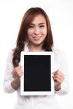 有片剂和拷贝空间的美丽的亚裔妇女在空的屏幕上 免版税库存照片