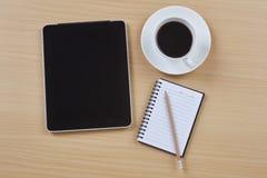 有片剂和笔记薄的办公桌 免版税库存照片