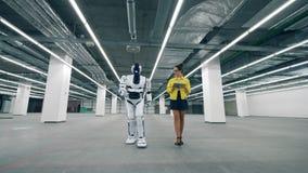 有片剂接通的一名妇女机器人,控制它 影视素材