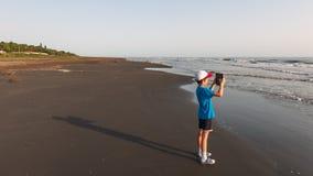有片剂的一个孩子为海照相 库存照片