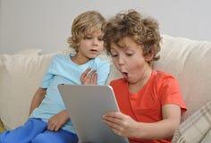 有片剂的两个男孩 免版税库存照片