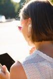 有片剂的匿名妇女在阳光下 库存照片