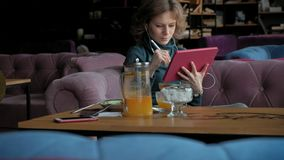 有片剂的可爱的年轻女人在咖啡馆,自由职业者概念 股票视频