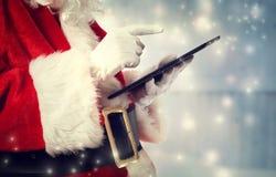 有片剂的圣诞老人 免版税图库摄影