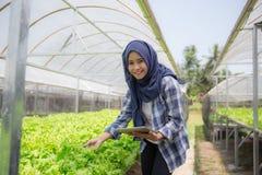 有片剂的女性农夫 免版税库存图片