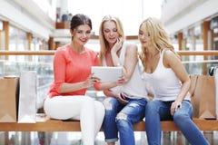 有片剂的妇女在购物中心 免版税库存照片