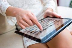 有片剂的妇女手 免版税库存图片