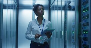 有片剂的妇女诊断服务器硬件的 免版税库存图片
