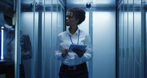 有片剂的妇女诊断服务器硬件的 库存照片