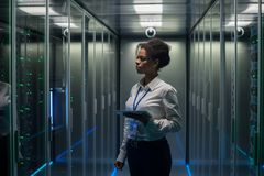 有片剂的妇女诊断服务器硬件的 图库摄影