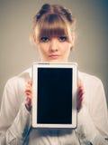 有片剂的妇女 黑屏拷贝空间 免版税图库摄影