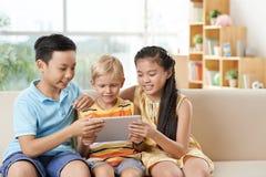 有片剂的孩子 免版税库存照片