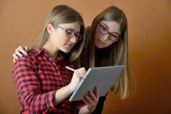 有片剂的年轻十几岁的女孩 免版税库存照片