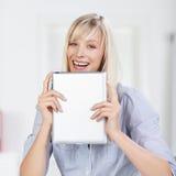 有片剂的微笑的妇女 免版税库存照片