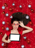 有片剂的惊奇的圣诞节女孩 免版税库存图片