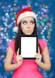 有片剂的惊奇的圣诞节女孩 免版税图库摄影