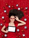 有片剂的愉快的圣诞节女孩 库存图片