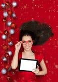 有片剂的愉快的圣诞节女孩 图库摄影