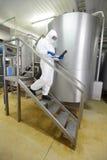 有片剂的技术人员步行沿着向下台阶的 免版税库存照片