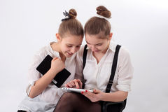 有片剂的青少年的女孩 免版税库存照片