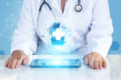 有片剂的医生在全球网络 库存图片