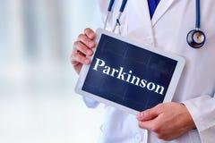 有片剂的医生有帕金森消息的 免版税库存照片