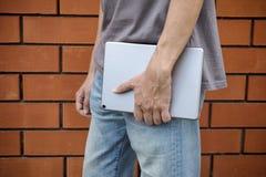 有片剂计算机的人在他的手上 免版税库存照片