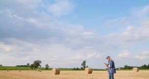 有片剂计算机的农夫分析庄稼的在农场 股票视频