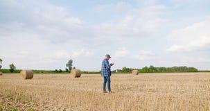 有片剂计算机的农夫分析庄稼的在农场 股票录像