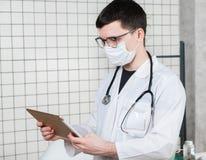 有片剂计算机的外科医生医生在医院办公室 医疗医疗保健职员和医生服务 免版税库存图片
