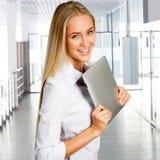 有片剂计算机的女商人 免版税图库摄影