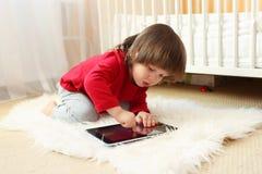 有片剂计算机的小男孩在家 库存图片