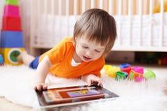 有片剂计算机的小男孩 免版税图库摄影