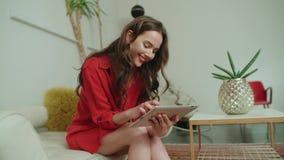 有片剂计算机的年轻美丽的妇女在家 股票录像