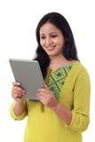 有片剂计算机的微笑的美丽的少妇 免版税库存图片