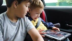 有片剂计算机的男孩在旅行乘汽车期间 影视素材