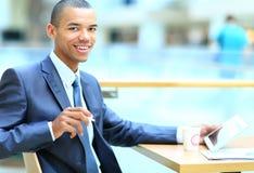 有片剂计算机的非裔美国人的办公室工作者 免版税库存照片