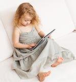 有片剂计算机的婴孩 免版税库存图片