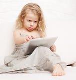 有片剂计算机的婴孩 免版税图库摄影