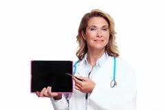 有片剂计算机的医生妇女。 库存照片